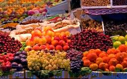Fruta fresca en un mercado de calle foto de archivo