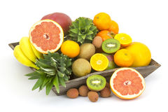 Fruta fresca en una bandeja de madera Foto de archivo