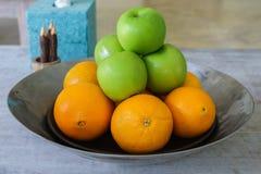 Fruta fresca en una bandeja inoxidable Imagen de archivo libre de regalías