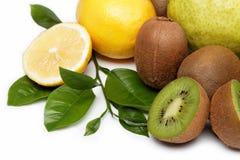 Fruta fresca. Kiwi y limón aislados en un blanco. Fotografía de archivo