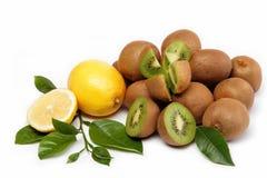 Fruta fresca. Kiwi y limón aislados en un blanco. Imagen de archivo libre de regalías