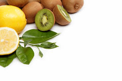 Fruta fresca. Kiwi y limón aislados en un blanco. Fotos de archivo libres de regalías