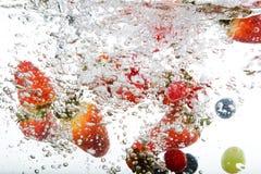 Fruta fresca na água imagem de stock