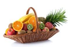 Fruta fresca na cesta fotografia de stock