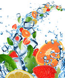Fruta fresca no respingo da água com cubos de gelo Fotografia de Stock