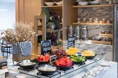 Fruta fresca sana del desayuno en el hotel con las uvas, w del restaurante fotos de archivo