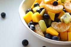 Fruta fresca y ensalada de las bayas imagenes de archivo