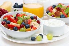 Fruta fresca y ensalada y crema de la baya para el desayuno, primer imagen de archivo