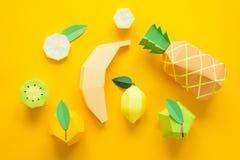 Fruta hecha del papel Fondo amarillo Allí sitio del ` s para escribir tropics Endecha plana Piña, Apple, limón, plátano y kiwi foto de archivo libre de regalías