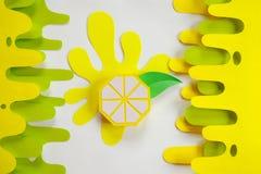 Fruta hecha del papel Fondo blanco All? sitio del ` s para escribir tropics Endecha plana Lim?n fotos de archivo