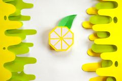 Fruta hecha del papel Fondo blanco All? sitio del ` s para escribir tropics Endecha plana Lim?n foto de archivo