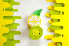 Fruta hecha del papel Fondo blanco tropics Endecha plana Lim?n y kiwi foto de archivo libre de regalías