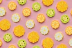 Fruta hecha del papel Fondo rosado All? sitio del ` s para escribir tropics Endecha plana Naranja, lim?n fotos de archivo libres de regalías