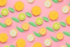 Fruta hecha del papel Fondo rosado All? sitio del ` s para escribir tropics Endecha plana Naranja, lim?n foto de archivo libre de regalías