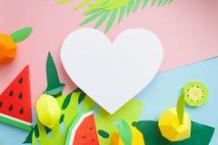 Fruta hecha del papel Fondo rosado y azul Allí sitio del ` s para escribir tropics Endecha plana foto de archivo libre de regalías