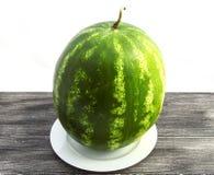 Fruta imprescindible de la sandía de los meses del verano, esperándole que se cortará con un cuchillo Fotografía de archivo