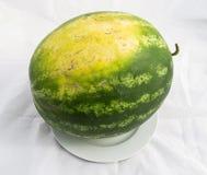 Fruta imprescindible de la sandía de los meses del verano, esperándole que se cortará con un cuchillo Imagen de archivo