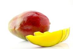 Fruta jugosa y apetitosa madura del mango y sus partes con el primer de los descensos del agua Imágenes de archivo libres de regalías