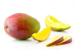 Fruta jugosa y apetitosa madura del mango y sus partes con el primer de los descensos del agua Foto de archivo