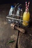 Fruta Juice Bottles en la tabla Foto de archivo
