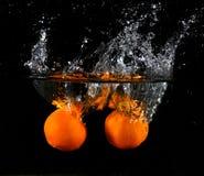 Fruta lanzada en agua Imagen de archivo libre de regalías