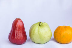 Fruta limpia color de rosa roja fresca de la manzana, anaranjada y verde de la guayaba Imágenes de archivo libres de regalías