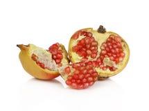 Fruta madura de la granada aislada en el fondo blanco fotografía de archivo libre de regalías