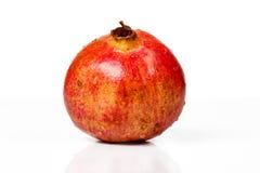 Fruta madura de la granada aislada en el recorte blanco del fondo Imagen de archivo libre de regalías