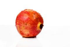Fruta madura de la granada aislada en el recorte blanco del fondo Fotos de archivo libres de regalías