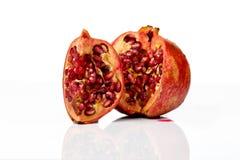 Fruta madura de la granada aislada en el recorte blanco del fondo Imágenes de archivo libres de regalías