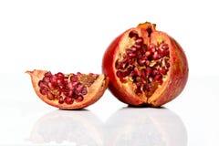 Fruta madura de la granada aislada en el recorte blanco del fondo Foto de archivo