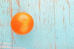 Fruta madura fresca de la naranja dulce en fondo de madera azul rústico Fotos de archivo libres de regalías