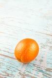 Fruta madura fresca de la naranja dulce en fondo de madera azul rústico Foto de archivo