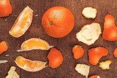 Fruta madura fresca de la naranja dulce en fondo rústico de madera de Brown Imagenes de archivo