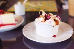 Fruta madura fresca estacional deliciosa sabrosa de las frambuesas que remata en el mollete blanco del chocolate Postre dulce san fotos de archivo