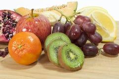 Fruta mezclada a bordo Fotografía de archivo