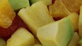Fruta mezclada de la ensalada de fruta almacen de metraje de vídeo