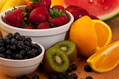 Fruta misturada na placa de estaca Fotos de Stock Royalty Free