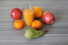 fruta multi del jugo de la fruta cítrica de las mandarinas de las peras de las manzanas de las naranjas de cristal Fotos de archivo