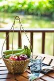 Fruta na cesta imagens de stock royalty free