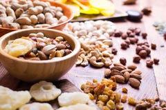 Fruta Nuts y seca, en cuencos, en tableros Imagenes de archivo