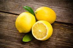 Fruta orgánica fresca - limones en la madera Imagen de archivo