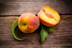 Fruta orgánica fresca - melocotones en la madera Imagen de archivo