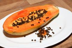 Fruta partida en dos de la papaya Foto de archivo