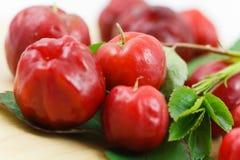 Fruta pequena da cereja do Acerola com quantidade elevada C Vi Fotografia de Stock Royalty Free