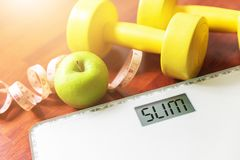 Fruta, pesa de gimnasia y escala, quemadura gorda y concepto de la pérdida de peso, foto de archivo libre de regalías