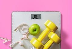 Fruta, pesa de gimnasia y escala, quemadura gorda y concepto de la pérdida de peso fotos de archivo libres de regalías