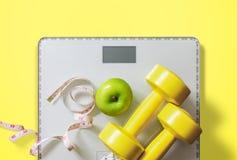 Fruta, pesa de gimnasia y escala, quemadura gorda y pérdida de peso foto de archivo libre de regalías