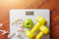 Fruta, pesa de gimnasia y escala, quemadura gorda y pérdida de peso fotografía de archivo libre de regalías