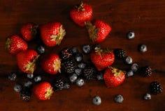 Fruta que cae aislada Fotos de archivo libres de regalías